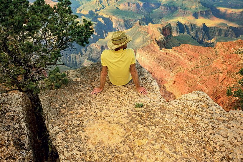 image 1 Jeune homme assis au bord du Grand Canyon 99 it 465537875