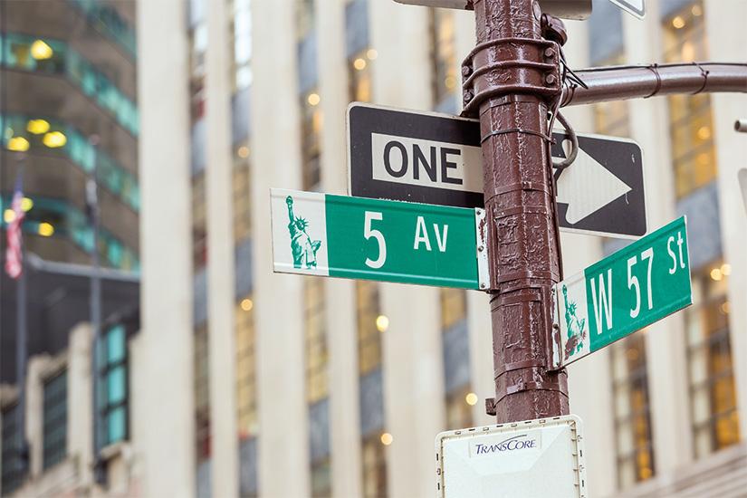 (image) image Cinquieme rue signe dans le passage pieton au centre de Manhattan 11 as_82873860