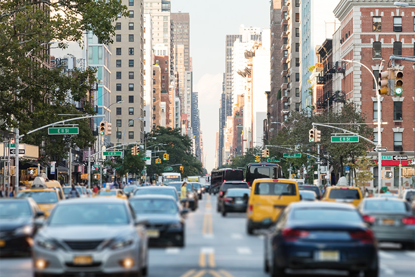 (image) image Scene de rue animee de New York avec des voitures et des gens le long de la 3eme avenue dans l East Village de Manhattan 38 as_207304218