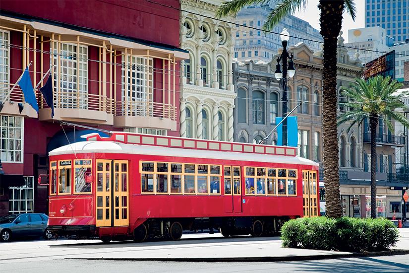 (image) image Tramway rouge vif de la Nouvelle Orleans voyageant entre palmiers et drapeaux 34 it 157614008